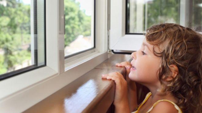 Dziecko wyglądające przez okno